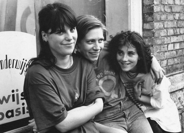 92-09-05 Helene, Hazel and Saskia outside the V.V.